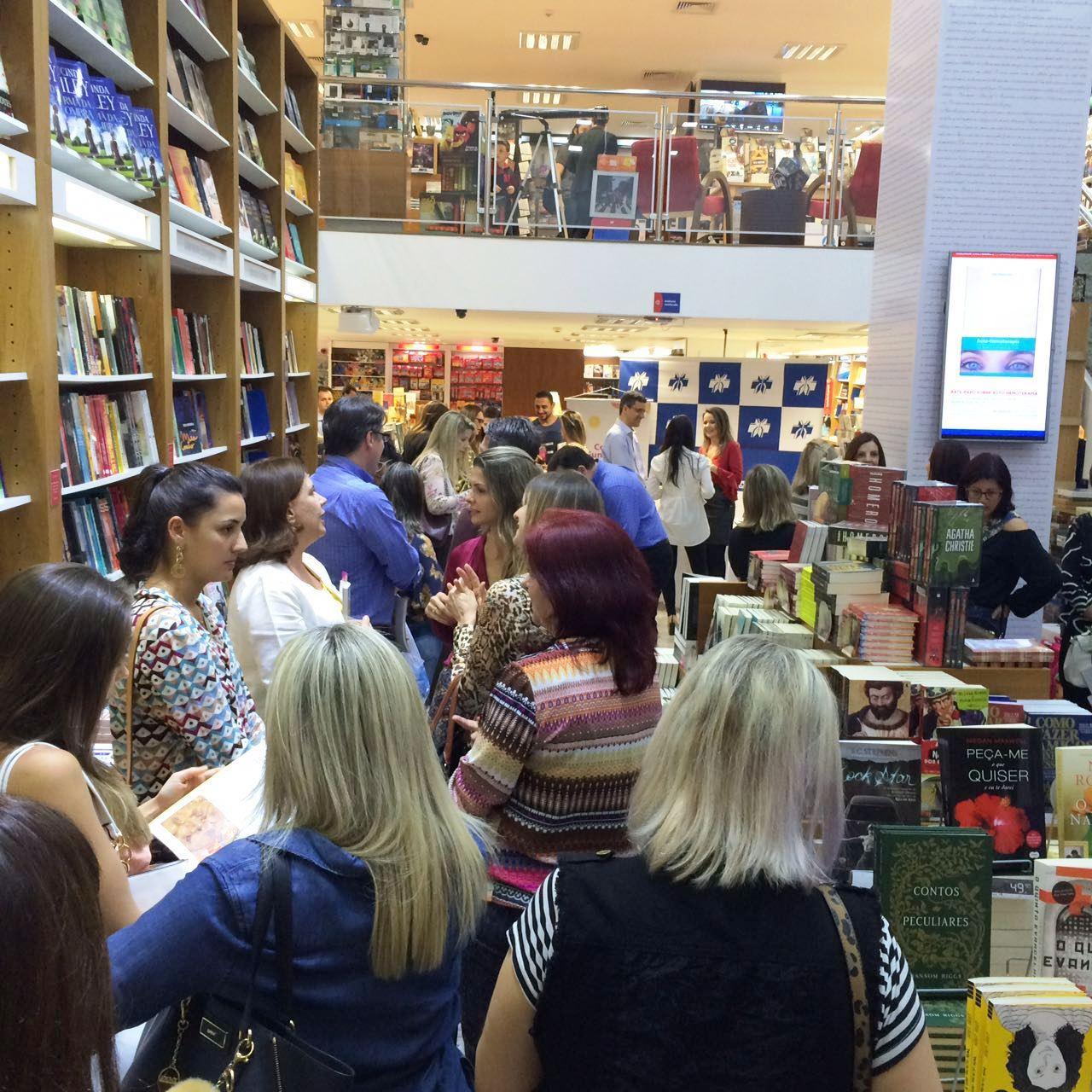 Uma fila de gente muito querida que passou pelas livrarias para me dar um abraço