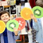 Os pequenos se divertindo com as frutinhas